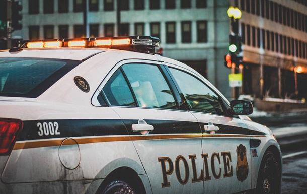 Голая испанка протестовала на полицейском авто