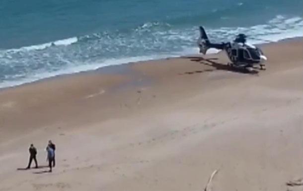 В Испании копы посадили вертолет на пляж ради нарушителя карантина
