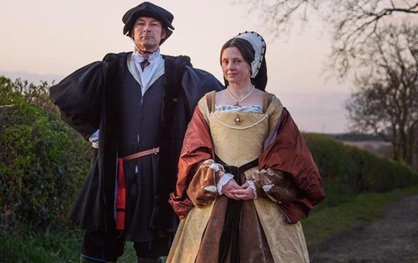 Пара  вигулює  театральні костюми на карантині
