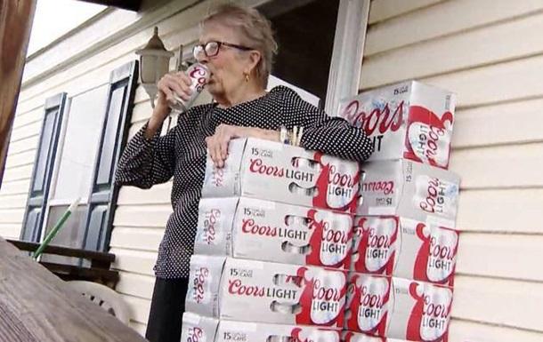 Старушка на карантине выпросила 150 банок пива