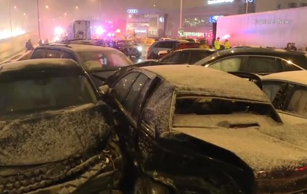 Из-за снегопада в Чикаго произошло массовое ДТП