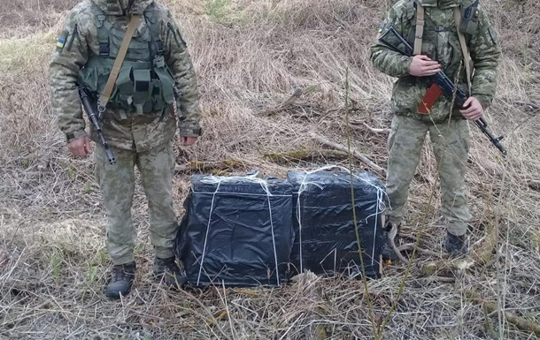 На кордоні з Польщею затримали контрабандистів з 40 ящиками сигарет