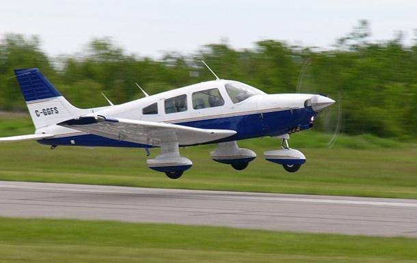 У Канаді невеликий літак аварійно сів на шосе