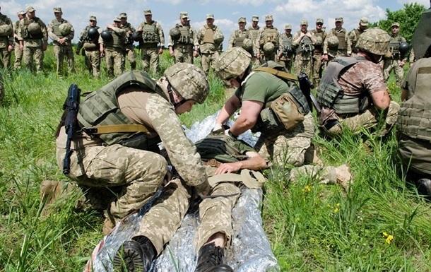 Раненых бойцов ООС доставили в Киев авиацией
