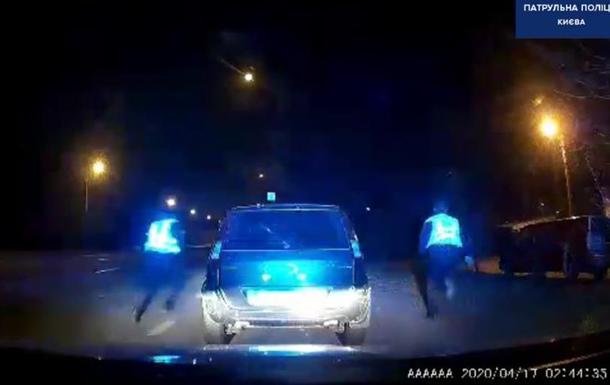 В Киеве водитель снес ограждение и пытался сбежать от полиции