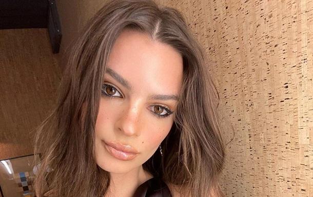 Эмили Ратаковски показала  голое  фото в ванной
