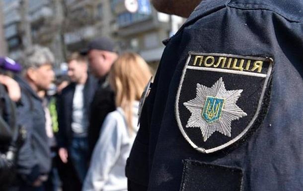 В Киеве патрульные спасли девушку от суицида на мосту