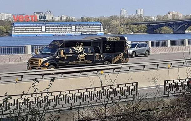 У Києві помітили барбершоп на колесах