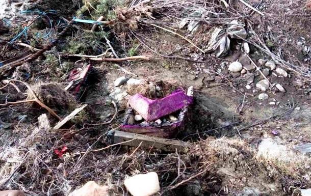 Жители жалуются на приплывающие по реке гробы