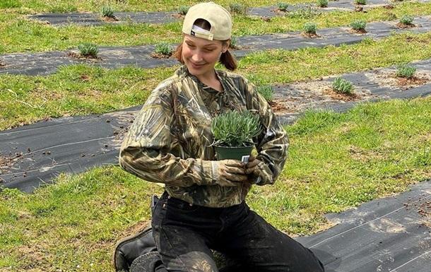 Белла Хадид в грязной одежде поработала на ферме