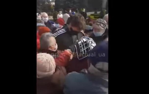 Пенсіонери накинулися на хлопця, який роздавав маски