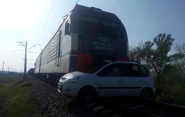 На Днепропетровщине поезд протаранил авто, есть жертвы