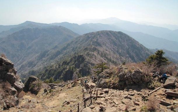 В Южной Корее в горах упал спасетельный вертолет