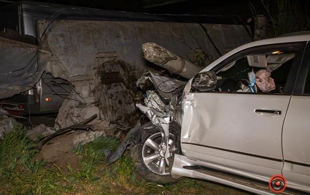 У Дніпрі Lexus влетів в огорожу стоянки