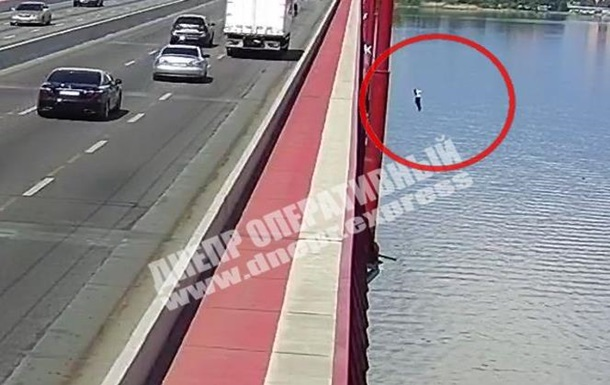 Появилось видео прыжка с моста в Днепр