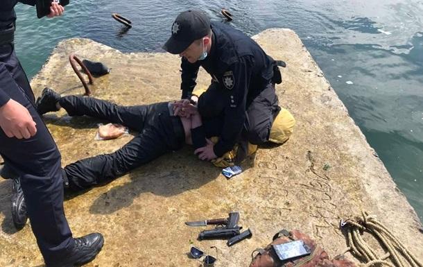 В Одессе мужчина с оружием пытался попасть на затонувший танкер