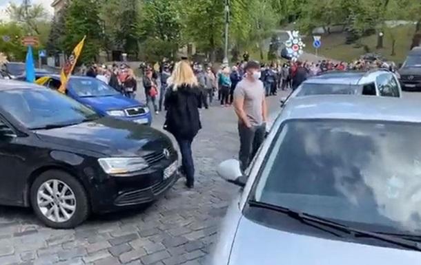 Протестующие перекрыли движение в центре Киева