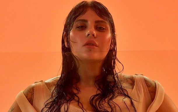 Солистка группы KAZKA снялась обнаженной в ванной