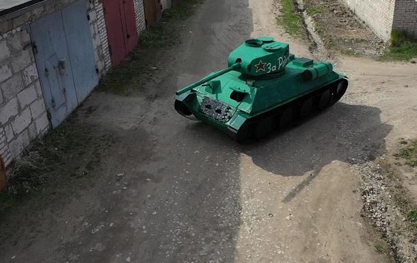 Россиянин собрал картонный танк на велоприводе