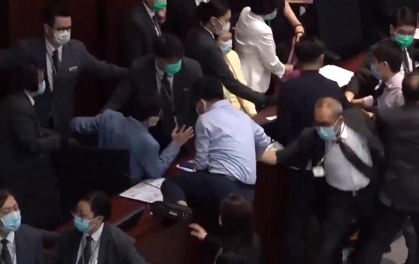 В Гонконге подрались депутаты