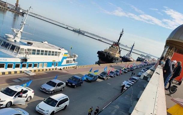 В Одессе остановили автоколонну с красными флагами