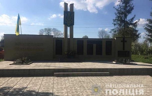 В Тернопольской области мужчина сжег красно-черный флаг