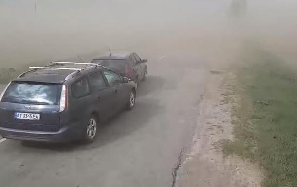 На Прикарпатті пилова буря призвела до ДТП