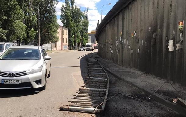 У Києві обвалилися конструкції моста