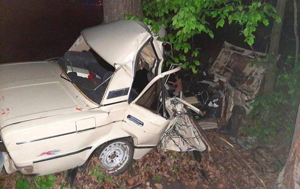 На Київщині троє людей загинули при зіткненні легковика з деревом