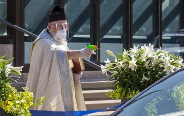 Священник освятил еду из водного пистолета