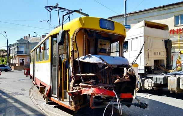 В Одесі трамвай протаранив фуру