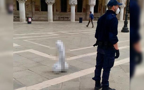 В центре Венеции установили бетонный пенис: фото