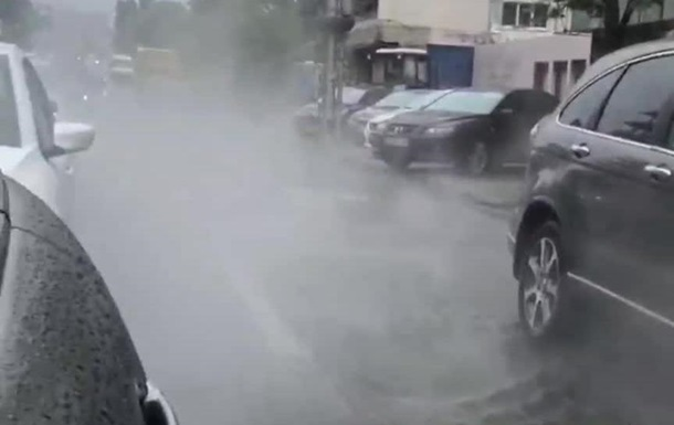 Центр Киева заливает кипятком из-за прорыва трубы