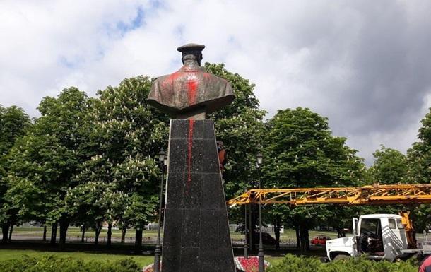 Памятник в Харькове второй день обливают краской