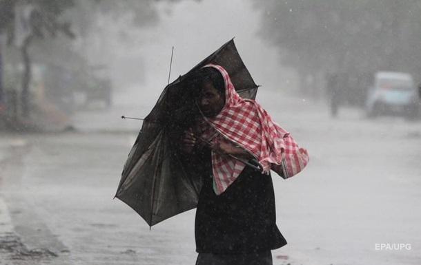 Сильний ураган охопив Індію та Бангладеш