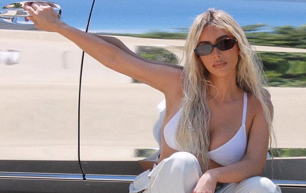 Ким Кардашьян снялась в 'стриптизерских' штанах и белье