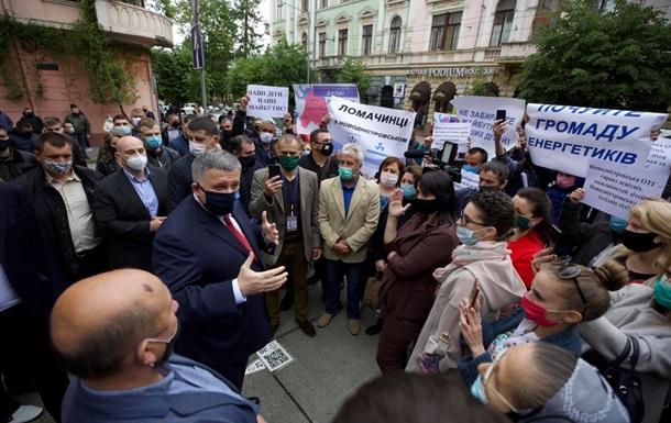 На Буковине Авакова встретили пикетом