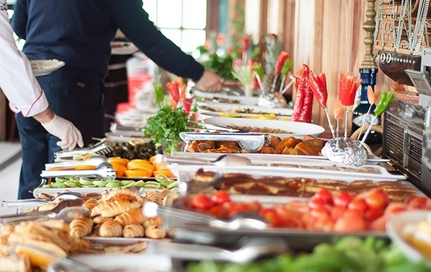 У Туреччині підкреслили, що не скасують  все включено  і  шведський стіл