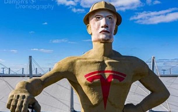 У США гігантській статуї намалювали обличчя Маска