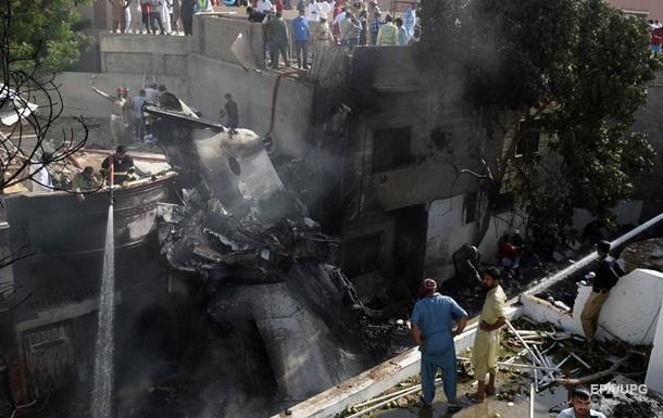 З явилися фото з місця авіакатастрофи в Пакистані
