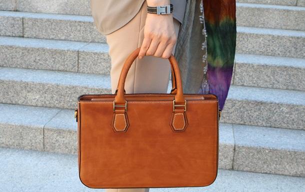 Женщины бьют мужчин сумками в новом челлендже