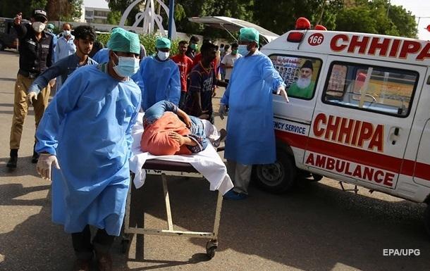 На місці аварії літака в Пакистані знайдено десятки осіб, які вижили