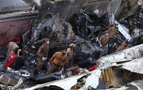 З явилося нове відео падіння літака в Пакистані