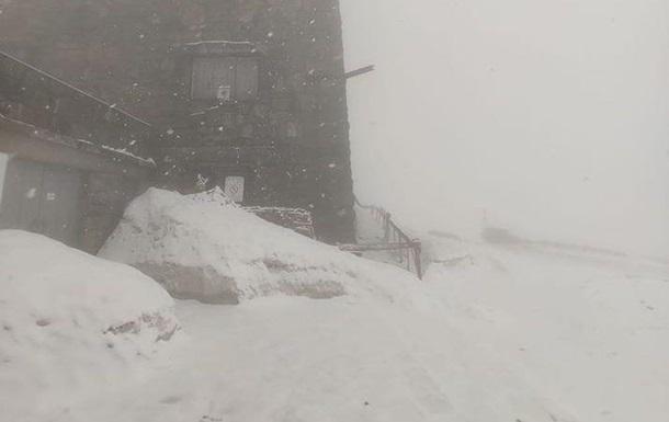 За тиждень до літа Карпати засипало снігом