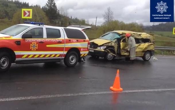 На Львовщине грузовик протаранил микроавтобус, четверо погибших
