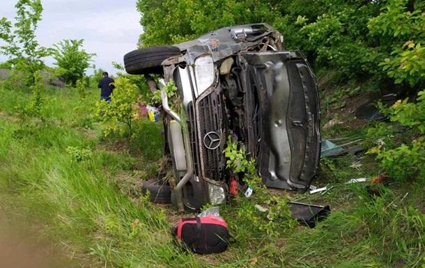 На трассе Киев-Харьков опрокинулся микроавтобус: четверо пострадавших