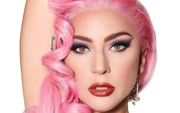 Леди Гага сделала пикантное селфи в кожаном микро-топе