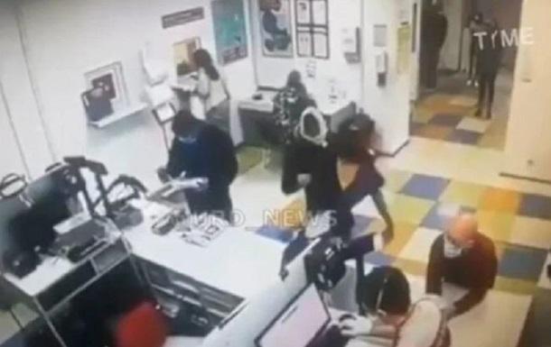 Клиентка почты надела трусы на голову вместо маски