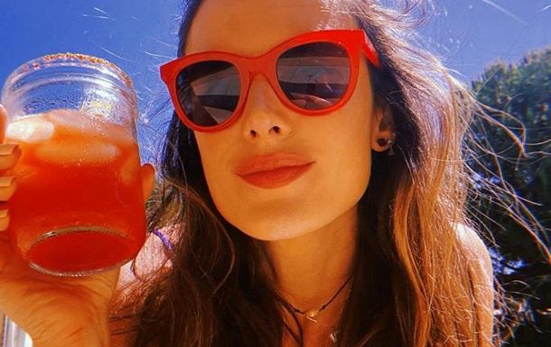 Алессандра Амбросио поделилась горячими фото в бикини
