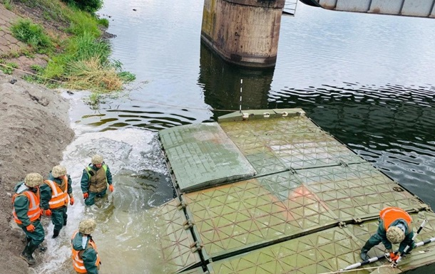 Под Никополем военные строят понтонную переправу на месте рухнувшего моста
